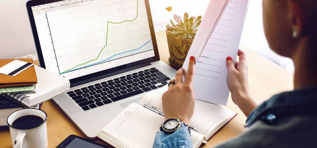 ciencias-contabeis - mulher em frente a notebook organizando papéis