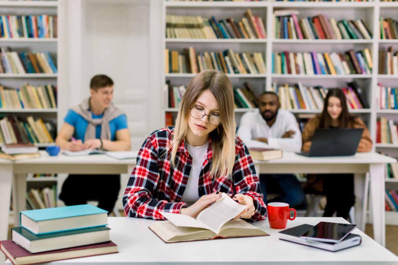 como-se-organizar-para-estudar - mulher estudando em biblioteca