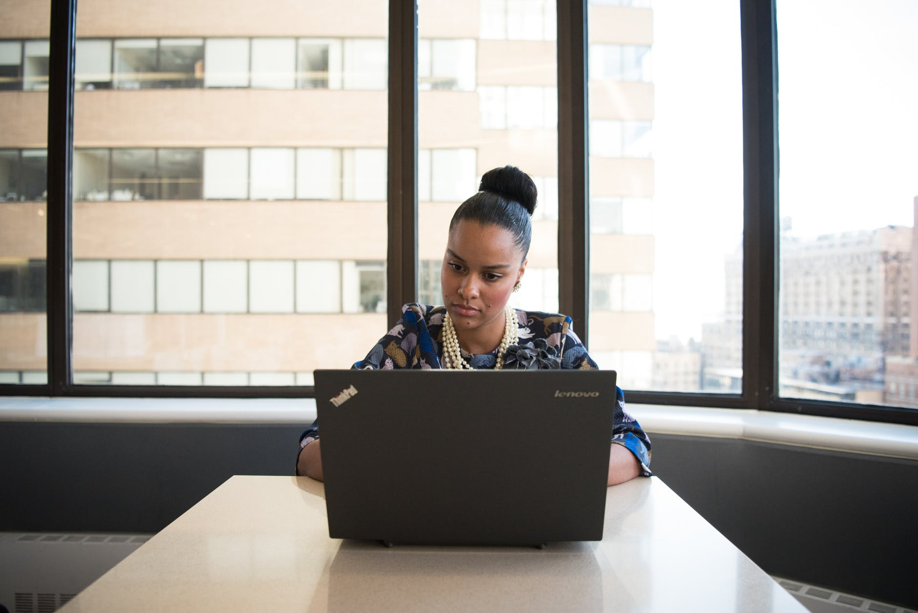 estudante ao computador 4