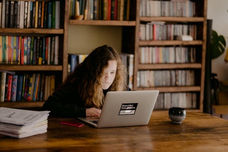 estudante ao computador 5