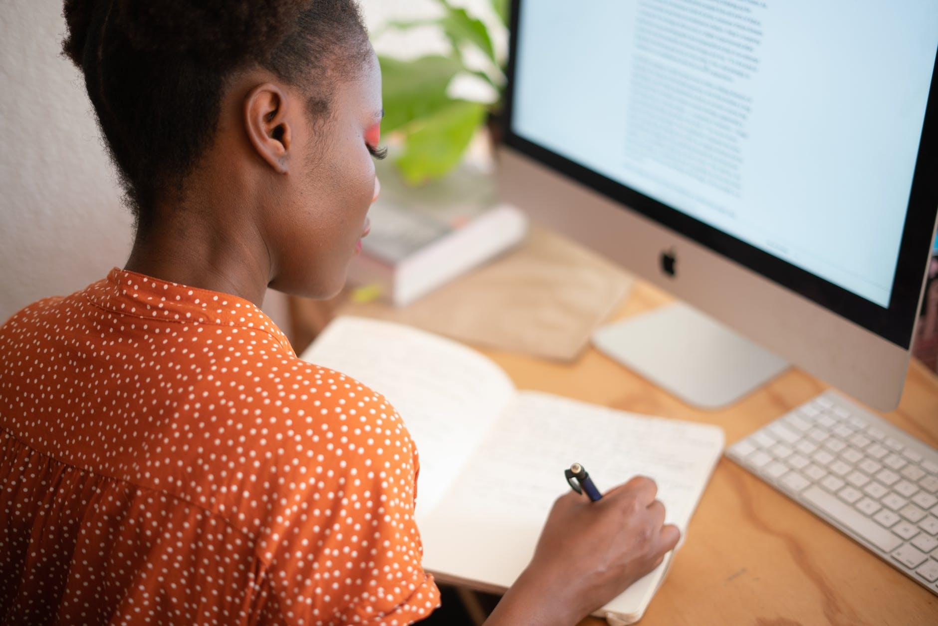 estudante no computador 2