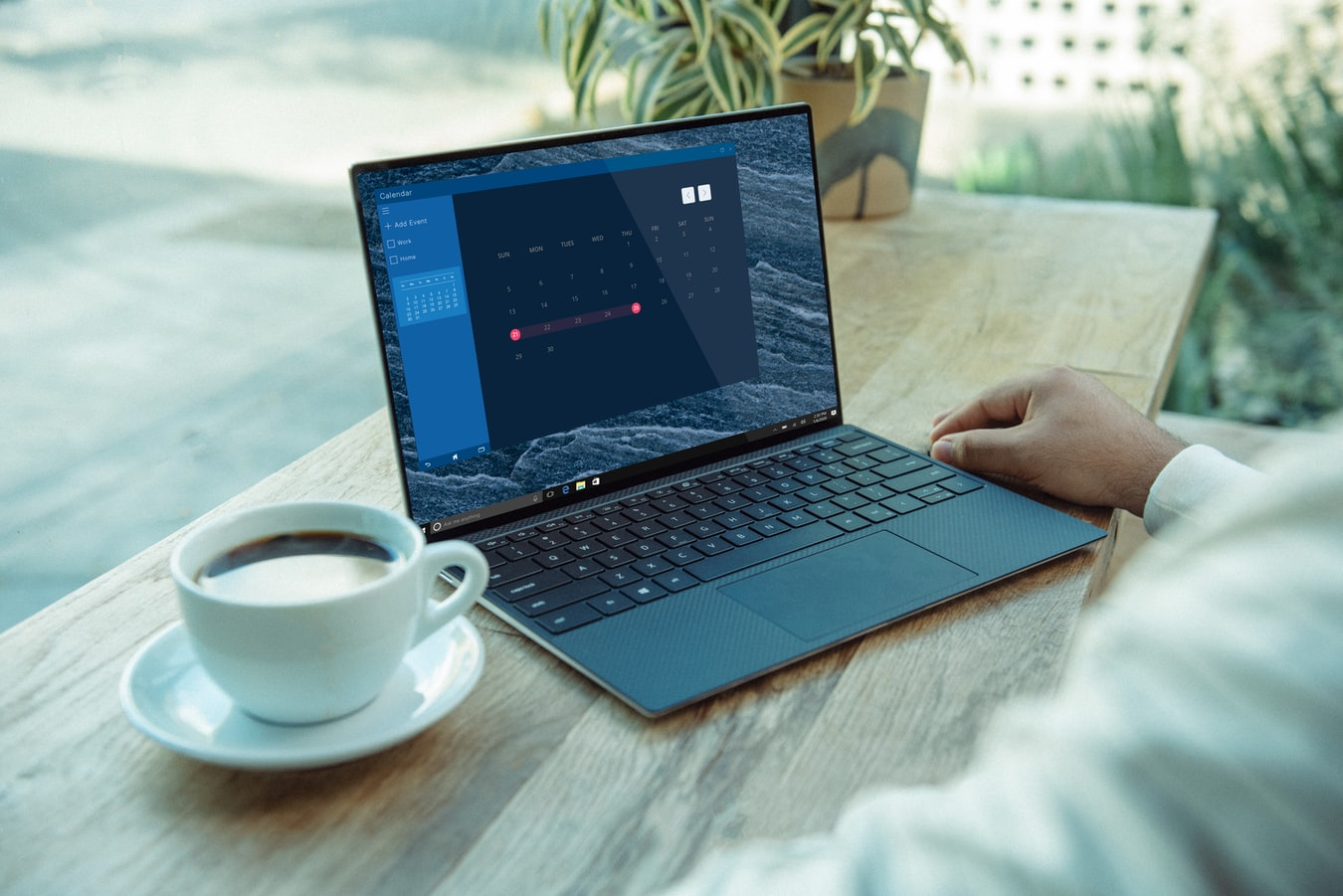 notebook e uma xícara de café.